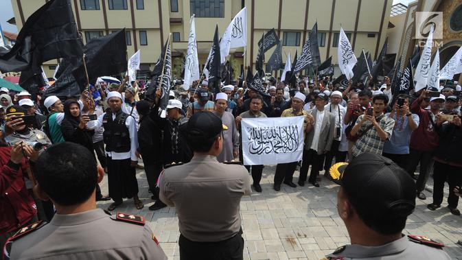 Massa Aliansi Umat Islam Pembela Tauhid Bogor dan Forum Muslim Bogor melakukan aksi unjuk rasa di halaman Polresta Bogor, Jawa Barat, Selasa (23/10). Aksi diikuti ratusan orang. (Merdeka.com/Arie Basuki)