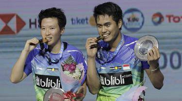 Tontowi Ahmad/Liliyana Natsir merayakan kemenangan atas pasangan Malaysia, Chan Peng Soon/Goh Liu Ying pada final Indonesia Open 2018 di Istora Senayan, Jakarta, Minggu, (8/6/2018). Tontowi/Liliyana menang 21-17, 21-8. (Bola.com/M Iqbal Ichsan)