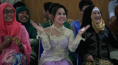 Terpidana kasus Narkoba asal Filipina Mary Jane Fiesta Veloso (tengah) berbusana tradisional saat mengkuti perayaan hari kartini di Lapas Wirogunan,Yogyakarta, (23/4). Mary Jane lolos dari eksekusi mati tahap ke dua pada 2015 lalu. (Boy Harjanto)