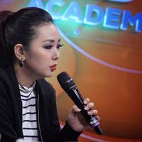 Penyanyi yang presenter Soimah mengunggah foto masa kecilnya. Saat masih SMP, dalam keterangannya, ia mengaku sedih dan bangga saat melihat foto semasa masih sekolah. (Instagram/showimah)