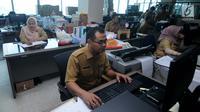 Sejumlah pegawai Pemerintahan Provinsi DKI Jakarta melakukan aktivitas kerja di Balai Kota, Jakarta, Senin (3/7). Pasca libur Lebaran seluruh PNS Pemprov DKI terlihat masuk kerja kembali seperti biasanya. (Liputan6.com/Gempur M Surya)