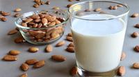 Menghilangkan rambut kering dengan minyak kelapa dan susu almond. (via: artesanamente.es)