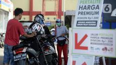 Petugas SPBU mengisi bahan bakar jenis pertalite kepada pengguna sepeda motor di Pamulang, Tangerang Seatan, Banten, Senin (21/9/2020). Pertamina memberi diskon harga BBM jenis pertalite di Tangerang Selatan dan Bali, dari Rp 7.650 menjadi Rp 6.450 per liter. (merdeka.com/Dwi Narwoko)