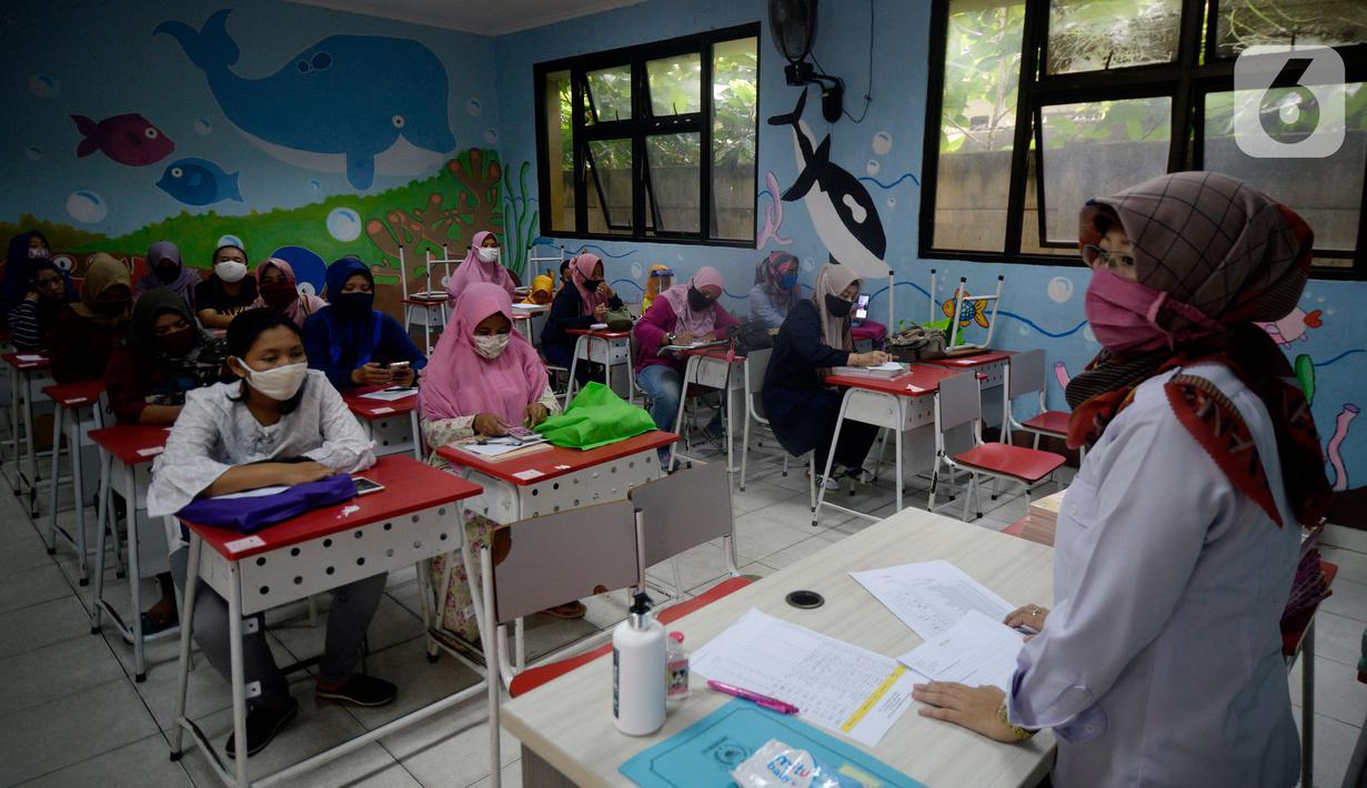 Orang Tua Siswa SDN Serua 3 kelas 2 dan 3 mendengarkan pengarahan guru tentang tata cara belajar mengajar online tahun ajaran baru serta pembagian buku gratis di Bukit, Ciputat, Tangerang Selatan, Banten, Rabu (15/7/2020). (merdeka.com/Dwi Narwoko)