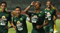 Osvaldo Haay selebrasi bersama rekan satu tim di Persebaya setelah membobol gawang Bhayangkara FC di Stadion Gelora Bung Tomo, Surabaya (26/11/2018). (Bola.com/Aditya Wany)