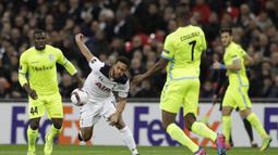 Gelandang Tottenham, Mousa Dembele, berusaha melewati hadangan pemain Gent. Tertinggal 0-1 pada leg pertama, membuat tuan rumah, Tottenham, tampil menyerang sejak awal laga. (AP/Matt Dunham)