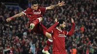 Dua pemain Liverpool, Roberto Firmino dan Mohamed Salah, merayakan gol yang dicetak ke gawang AS Roma pada laga leg pertama semifinal Liga Champions di Stadion Anfield, Rabu (25/4/2018) dini hari WIB. (Peter Byrne/PA via AP)