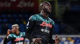 Bek tengah Napoli, Kalidou Koulibaly selalu dikaitkan dengan Manchester United pada setiap bursa transfer. Sayangnya Napoli tak pernah melepas pemain berkebangsaan Senegal tersebut. (Foto: AFP/Tiziana Fabi)