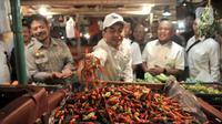 Menteri Perdagangan Agus Suparmanto (tengah) dan Menteri Pertanian Syahrul Yasin Limpo (kiri) memeriksa cabai saat inspeksi mendadak (sidak) ke Pasar Senen, Jakarta, Senin (3/2/2020). Sidak dilakukan untuk memantau harga bahan pokok yang dijual pedagang. (merdeka.com/Iqbal Nugroho)