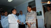 Menteri Hukum dan HAM Amir Syamsuddin terlihat sedang berdialog dengan seorang dokter di RS.Pengayoman Cipinang. (Liputan6.com/Herman Zakharia)