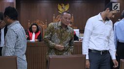 Mantan Sekretaris Mahkamah Agung (MA) Nurhadi Abdurachman (tengah) saat menjadi saksi pada sidang dugaan suap terkait pengurusan sejumlah perkara dengan terdakwa Eddy Sindoro di Pengadilan Tipikor, Jakarta, Senin (21/1). (Liputan6.com/Helmi Fithriansyah)