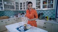 Mengintip Dapur Luna Maya yang Dihiasi Marmer dan Bikin Betah Masak. foto: Youtube @Luna Maya