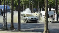 Mobil berwarna putih yang menabrak van milik polisi di Champs Elysees, Paris, Prancis. (Noemie Pfister via AP)