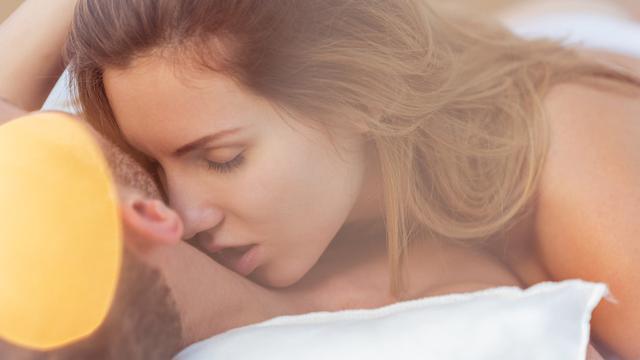 Ciuman di leher - cupang - seks (iStockphoto)