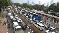 Kendaraan terjebak kemacetan di Jalan HR Rasuna Said, Jakarta, Rabu (6/9). Menurut Menhub, wacana ini timbul untuk membantah adanya diskriminatif terhadap sepeda motor karena dilarang melintas di jalan Sudirman. (Liputan6.com/Immanuel Antonius)
