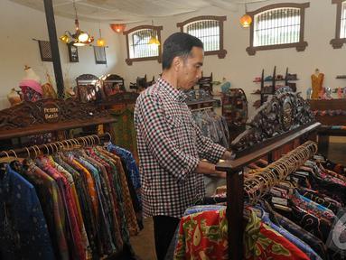 Capres nomor urut 2 Joko Widodo mengunjungi salah satu butik batik di Cirebon, Jawa Barat (Liputan6.com/Herman Zakharia).