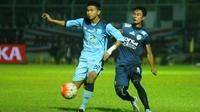 Dendy Sulistyawan (kiri) kesulitan lepas dari kawalan ketat Ahmad Alfarizi dkk. saat bertanding melawan Arema (6/11/2016). (Bola.com/Iwan Setiawan)