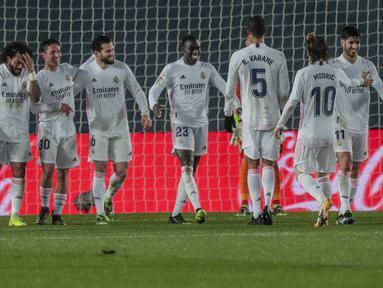 Bek Real Madrid, Ferland Mendy (tengah) berselebrasi dengan rekannya usai mencetak gol ke gawang Getafe pada pertandingan lanjutan La Liga Spanyol di stadion Alfredo di Stefano di Madrid, Spanyol, Rabu (10/2/2021). Madrid menang atas Getafe 2-0. (AP Photo/Bernat Armangue)