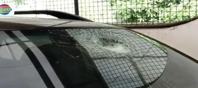 Sebuah mobil minibus yang melintas di Tol Kembangan menjadi korban aksi pelemparan batu.
