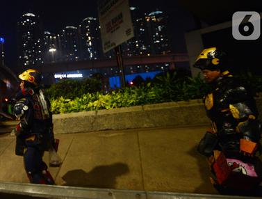 FOTO: Aksi Robot Iron Man Kais Rejeki dari Pengendara di Tomang