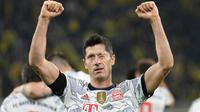 Harapan yang mulai tumbuh di pihak Borussia Dortmund akhirnya dipatahkan oleh Robert Lewandwoski. Memanfaatkan blunder Manuel Akanji di menit ke-74, Lewandowski berhasil memaksa kiper Gregor Kobel untuk memungut bola dari dalam gawangnya. (Foto: AP/Martin Meissner)