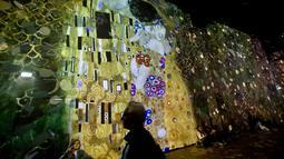 Karya pelukis Austria, Gustav Klimt dalam pameran seni proyeksi di galeri l'Atelier des Lumieres di Paris, Prancis (24/4). Pameran ini menampilkan terobosan baru yakni sebuah galeri digital yang diproyeksikan di sekitar gudang. (AP/Michel Euler)