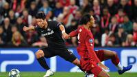 Striker RB Salzburg, Hwang Hee-chan, mendribel melewati pemain Liverpool, Virgil van Dijk, pada laga Liga Champions, di Stadion Anfield, Kamis (3/10/2019) dini hari WIB. (AFP/Paul Ellis)