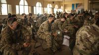 Tentara AS diberi pengarahan saat mereka bersiap untuk ambil bagian dalam latihan militer Singa Afrika di Agadir, Maroko, Rabu (9/6/2021). Dengan lebih 7.000 peserta dari sembilan negara dan NATO, Singa Afrika adalah latihan terbesar Komando Afrika AS. (AP Photo/Mosa'ab Elshamy)
