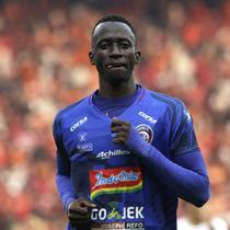 Gelandang Arema FC, Makan Konate, memperhatikan rekannya saat menghadapi Persija Jakarta pada laga Shopee Liga 1 di SUGBK, Jakarta, Sabtu (3/8). Persija bermain imbang 2-2 atas Arema. (Bola.com/YoppyRenato)