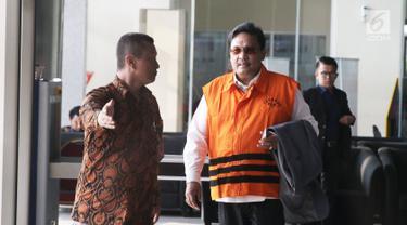 Anggota DPRD Sumatera Utara 2014-2019 Mustofawiyah seusai menjalani pemeriksaan di KPK, Jakarta, Rabu (11/7). Mustofawiyah ditahan terkait kasus dugaan penerimaan suap dari mantan Gubernur Sumut Gatot Pujo Nugroho. (Liputan6.com/Herman Zakharia)