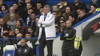 Ekspresi Guus Hiddink saat membawa Chelsea meraih kemenangan 4-0 melawan Aston Villa di Stadion Villa Park, Sabtu (2/4/2016). (EPA/Peter Powell)