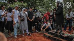 Keluarga dan kerabat mengantar mendiang George Mustafa Taka saat dimakamkan di Komplek Pemakaman Kempo, Jatiwaringin, Pondok Gede, Jakarta, Jumat (2/10). Goerge pun meninggalkan 1 orang istri dan 3 orang anak. (Liputan6.com/Faizal Fanani)