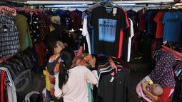 Pengunjung tampak mendatangi salah satu stan pakaian di arena Pekan Raya Jakarta (PRJ), Senayan, Jakarta, Selasa (2/6/2015). PRJ Senayan yang diikuti oleh 800 UKM tersebut dibuka dari 30 Mei-5 Juni mendatang. (Liputan6.com/Johan Tallo)