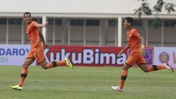 Pemain Persiraja Banda Aceh, Leonardo Silva Lelis (kiri) melakukan selebrasi usai mencetak gol pertama ke gawang PSS Sleman dalam laga pekan kedua BRI Liga 1 2021/2022 di Stadion Madya, Jakarta, Sabtu (11/9/2021). (Foto: Bola.Com/M. Iqbal Ichsan)