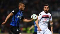 Pemain Inter Milan, Rafinha berebut bola dengan pemain Cagliari, Marco Sau pada laga pekan ke-33 Serie A, di Giuseppe Meazza, Selasa (17/4).  Menjamu Cagliari, Inter Milan memetik kemenangan meyakinkan dengan skor 4-0. (MIGUEL MEDINA / AFP)