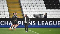 Pelatih Bayern Munchen, Jupp Heynckes melihat para pemainnya berlatih jelang menghadapi wakil Turki, Besiktas pada leg kedua babak 16 besar Liga Champions di Stadion Vodafone Park di Istanbul (13/3). (AFP Photo/Ozan Kose)