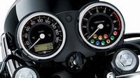 Kawasaki W800 memadukan konsep analog dan digital pada panel instrumen.