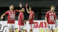 Para pemain Bali United merayakan gol yang dicetak oleh Melvin Platje ke gawang Mitra Kukar pada laga Piala Presiden 2019 di Stadion Patriot, Jawa Barat, Minggu (3/3). Bali United menang 3-0 atas Mitra Kukar. (Bola.com/M Iqbal Ichsan)
