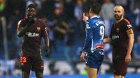 Samuel Umtiti dan Sergio Garcia berselisih dalam laga Espanyol kontra Barcelona.