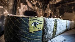 """Kondisi peti mati (sarkofagus) berisi mumi yang diawetkan dengan baik dari seorang wanita bernama """"Thuya""""  di lokasi pemakaman Theban Al Assasif, di Kota Luxor, Sabtu (24/11). (Khaled DESOUKI/AFP)"""