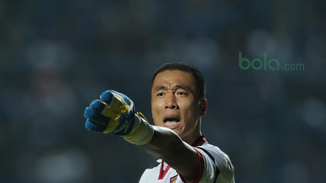 Kiper Mitra Kukar, Yoo Jae-Hoon saat melawan Persib Bandung pada laga Liga 1 Indonesia di GBLA, (8/4/2018).  (Bola.com/Nick Hanoatubun)