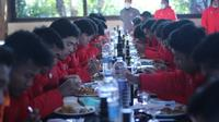 Timnas Indonesia U-19 sedang menyantap makanan di Spanyol. (PSSI).