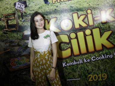 Gaya santai Kimberly Ryder saat hadir di konferensi pers syukuran film Koki Koki Cilik 2 di MNC. Kimberly memakai busana kombinasi putih dan kuning dengan aksesoris jam tangan. (KapanLagi.com/Agus Apriyanto)
