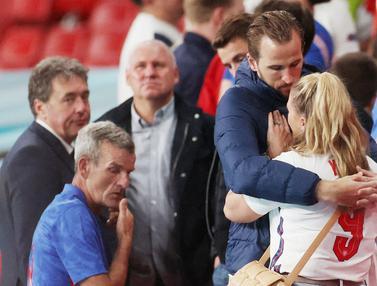 Foto Piala Eropa: Momen Haru Nan Romantis Harry Kane Tenangkan Istrinya yang Bersedih Usai Timnas Inggris Gagal Angkat Trofi Euro 2020