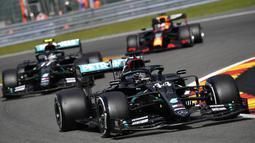 Pembalap Mercedes, Lewis Hamilton, memimpin di balapan F1 GP Belgia di Sirkuit Spa-Francorchamps, Minggu (30/8/2020). Lewis Hamilton finis pertama dengan catatan waktu 1 jam 24 menit 8,761 detik. (John Thys, Pool via AP)