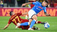Duel panas pemain AS Roma, Henrikh Mkhitaryan dengan pemain Napoli, Giovanni Di Lorenzo. (Vincenzo PINTO / AFP)