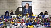 Potret pemilik Leicester City Vichai Srivaddhanaprabha yang tewas dalam kecelakaan helikopter dipajang di luar Stadion King Power, Inggris, Senin (29/10). (Paul Ellis/AFP)