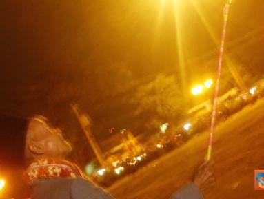 Seorang kakek beserta cucunya meriahkan takbiran 1 syawal 1432 H dengan bermain kembang api di area alun-alun Yogyakarta.