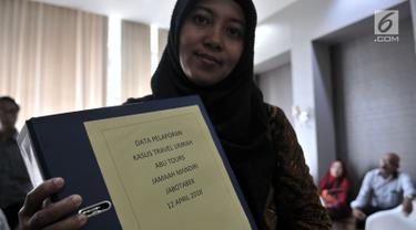 Perwakilan calon jemaah menunjukkan berkas saat melaporkan Abu Tours Travel ke Bareskrim Polri, Jakarta, Kamis (12/4). Mereka mewakili 307 jemaah Jabodetabek, korban penipuan yang mendaftar di beberapa cabang Abu Tours. (Merdeka.com/Iqbal S. Nugroho)