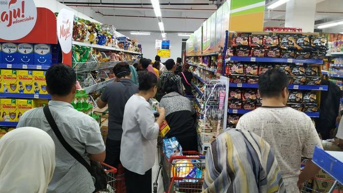 Suasana sebuah Pasar Swalayan yang ada di kawasan Tanjung Barat, Jakarta, yang dipadari pengunjung pada Senin (2/3/2020).